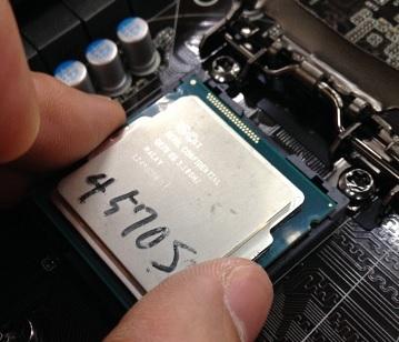 CPUの切り欠きとソケットの出っ張りや土手をよく確認しましょう